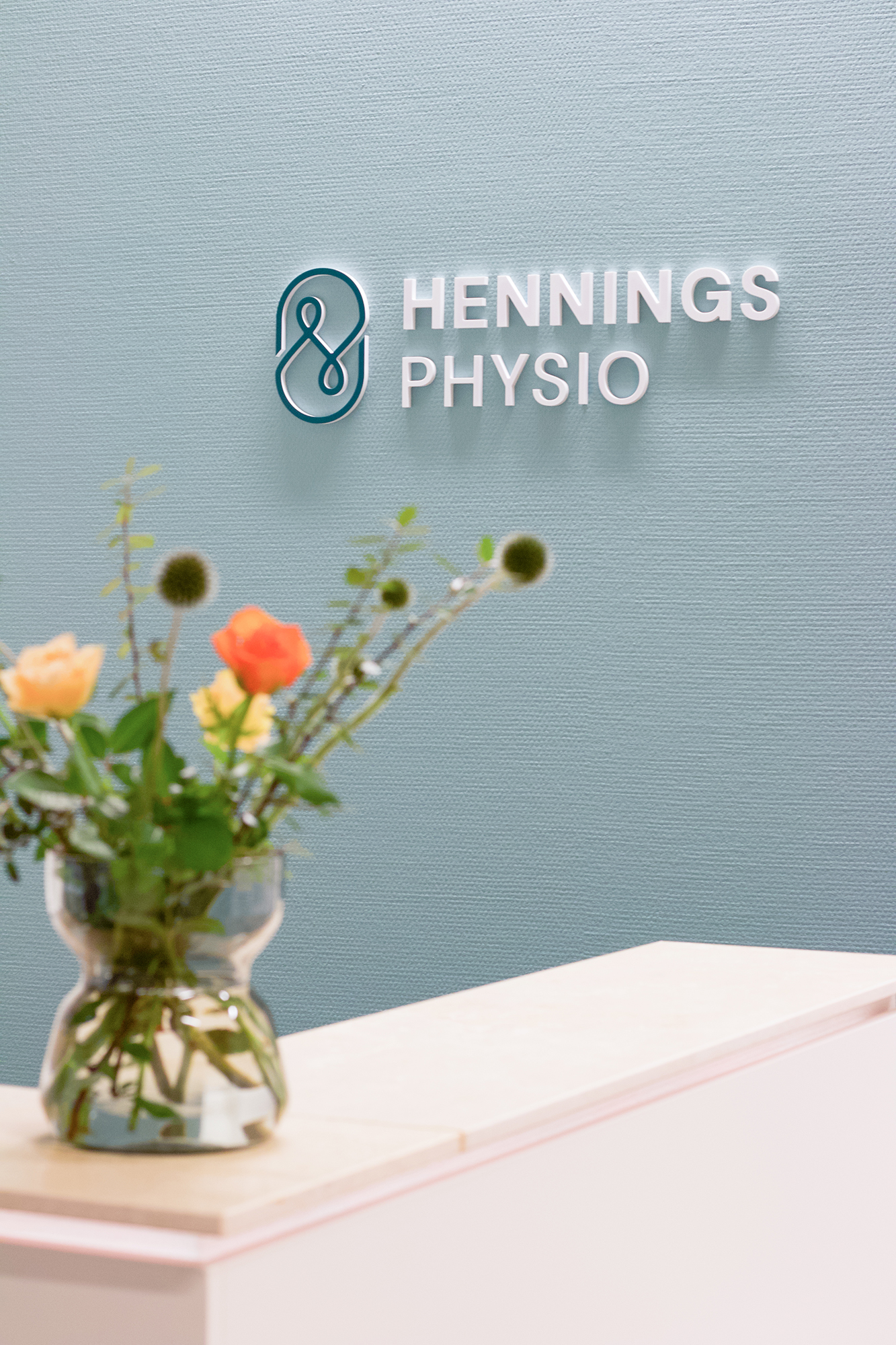 Hennings-Physio-Firmenlogo-Studio-Fondo